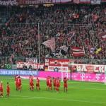Als Herbstmeister verabschieden sich die Spieler des FCB von den Fans nach Ende der Vorrunde aus der Allianz Arena.